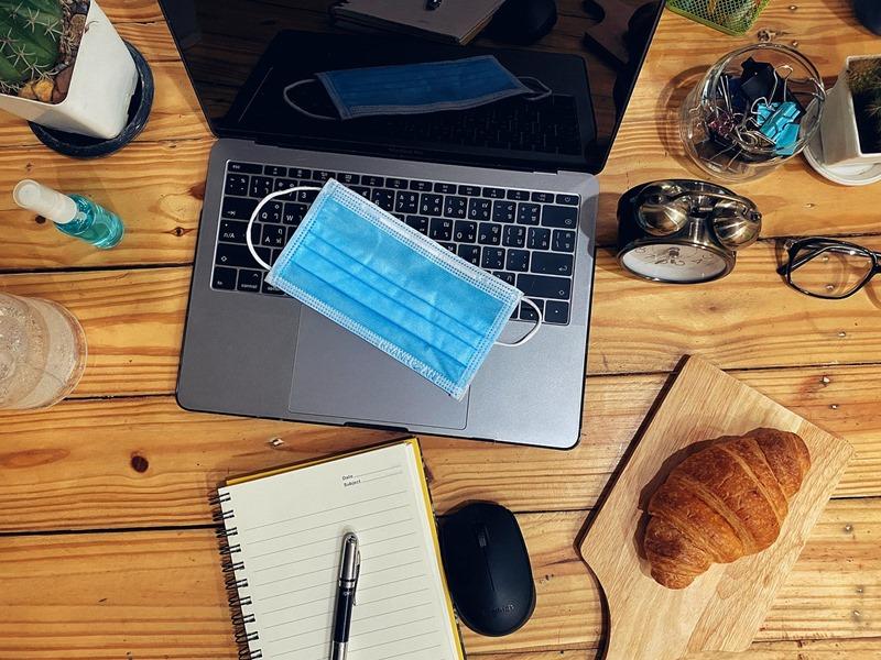 laptop és maszk távmunkához